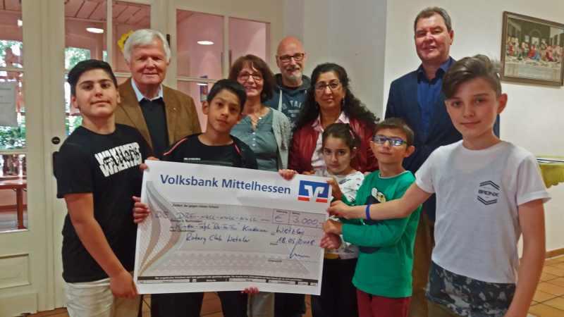 Rotary Club Wetzlar übergibt Scheck an Kirchengemeinde