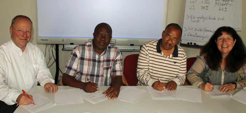 Partner aus den Kirchenkreisen an Lahn und Dill und Windhoek unterzeichnen Vereinbarung